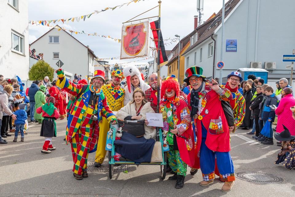 Menschen verkleidet als Clowns stehen als Gruppe zusammen